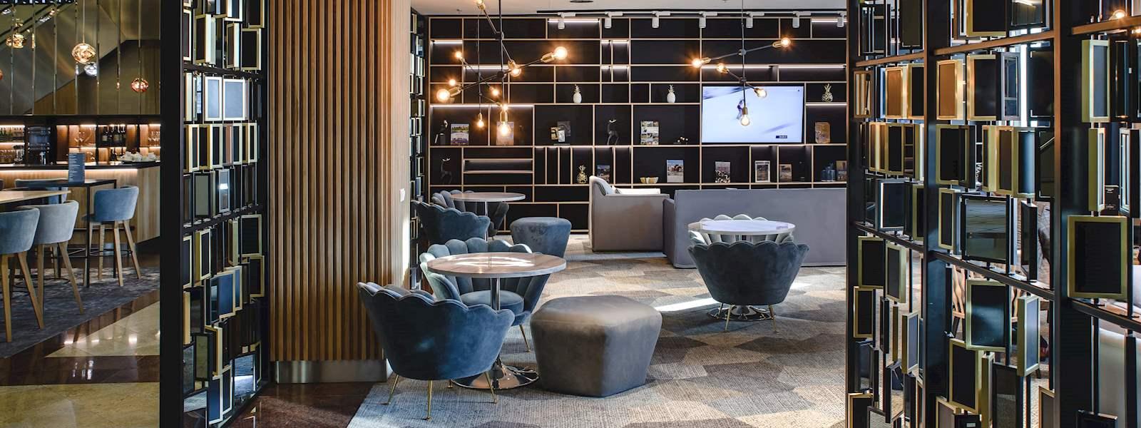 Widok na hotel od strony Lotniska Chopina w Warszawie